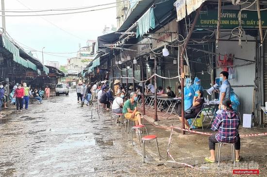 Khẩn trương lấy mẫu xét nghiệm toàn bộ tiểu thương chợ Phùng Khoang
