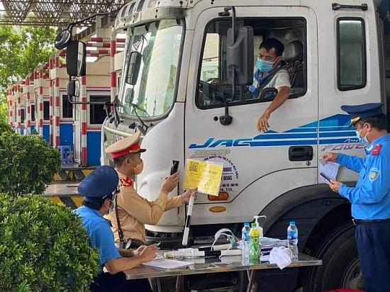 Hàng loạt xe từ nội thành Hà Nội đi các tỉnh buộc phải quay đầu tại các chốt kiểm dịch