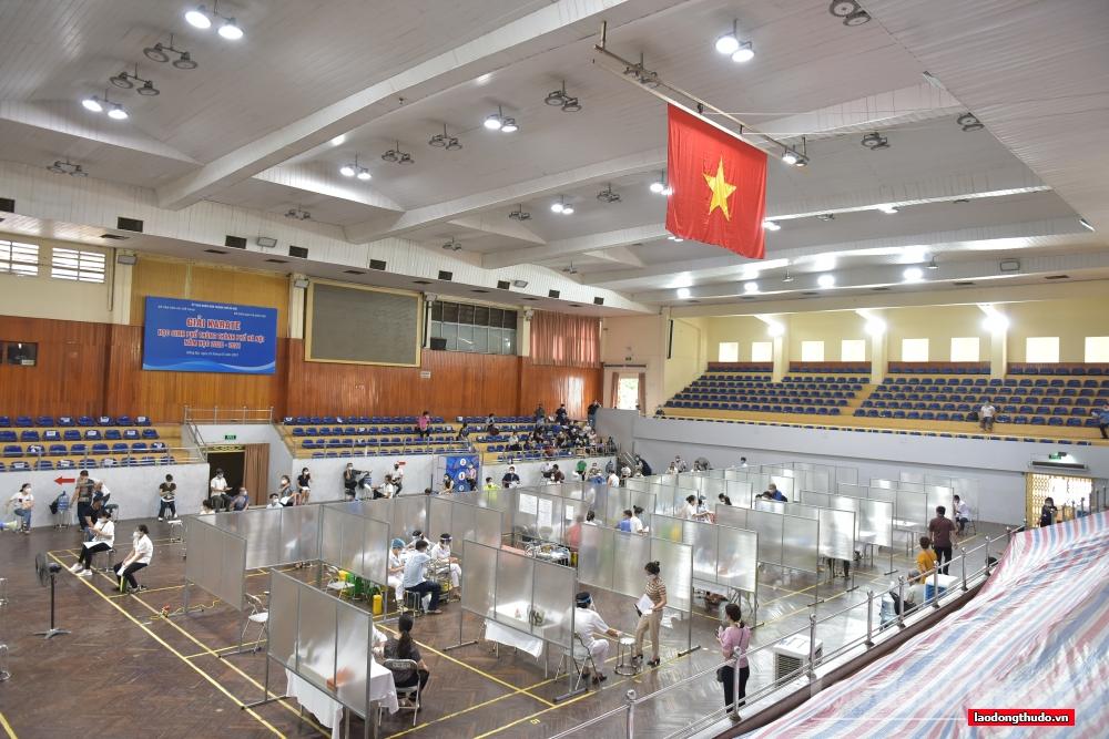 """Cận cảnh """"bệnh viện dã chiến"""" tiêm vắc xin đầu tiên tại Hà Nội"""
