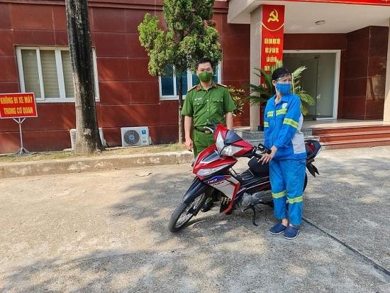 Công an quận Nam Từ Liêm tặng xe máy mới cho nữ công nhân bị cướp trong đêm