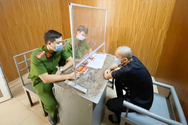 Khởi tố 2 đối tượng dùng điếu cày đánh cán bộ trực chốt kiểm soát dịch