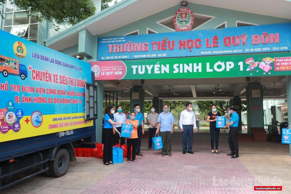 200 suất quà được trao tận tay người lao động trên địa bàn quận Nam Từ Liêm