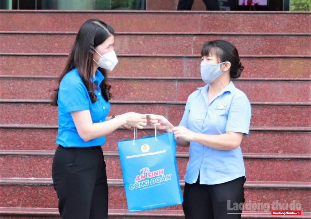 Hơn 200 suất quà hỗ trợ cho người lao động trên địa bàn quận Nam Từ Liêm