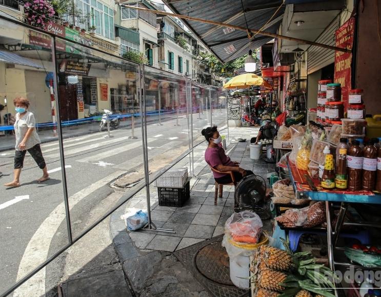 """""""Chợ nhà giàu"""" ở Hà Nội trầm lắng khi mở cửa trở lại"""