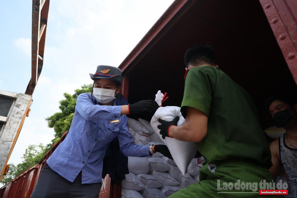 Vận chuyển miễn phí 300 tấn hàng hoá hỗ trợ miền Nam chống dịch