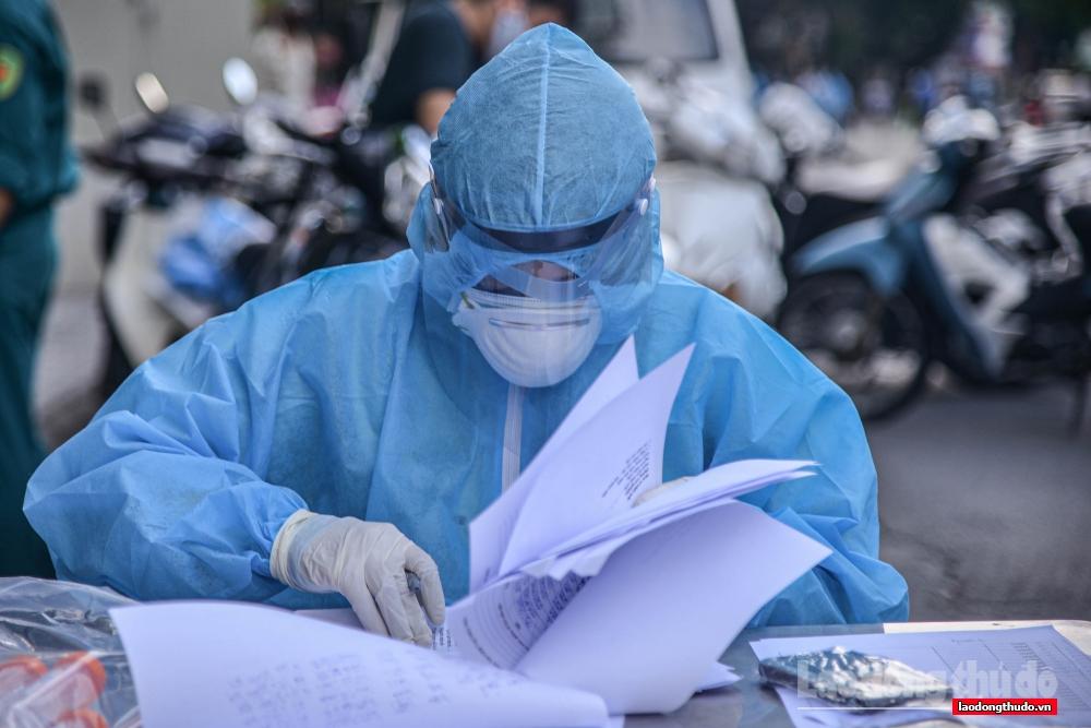 Cận cảnh công việc của tình nguyện viên lấy mẫu xét nghiệm