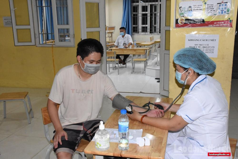 Huyện Ứng Hòa: Xuyên đêm lấy mẫu xét nghiệm, tiêm vắc xin cho người dân