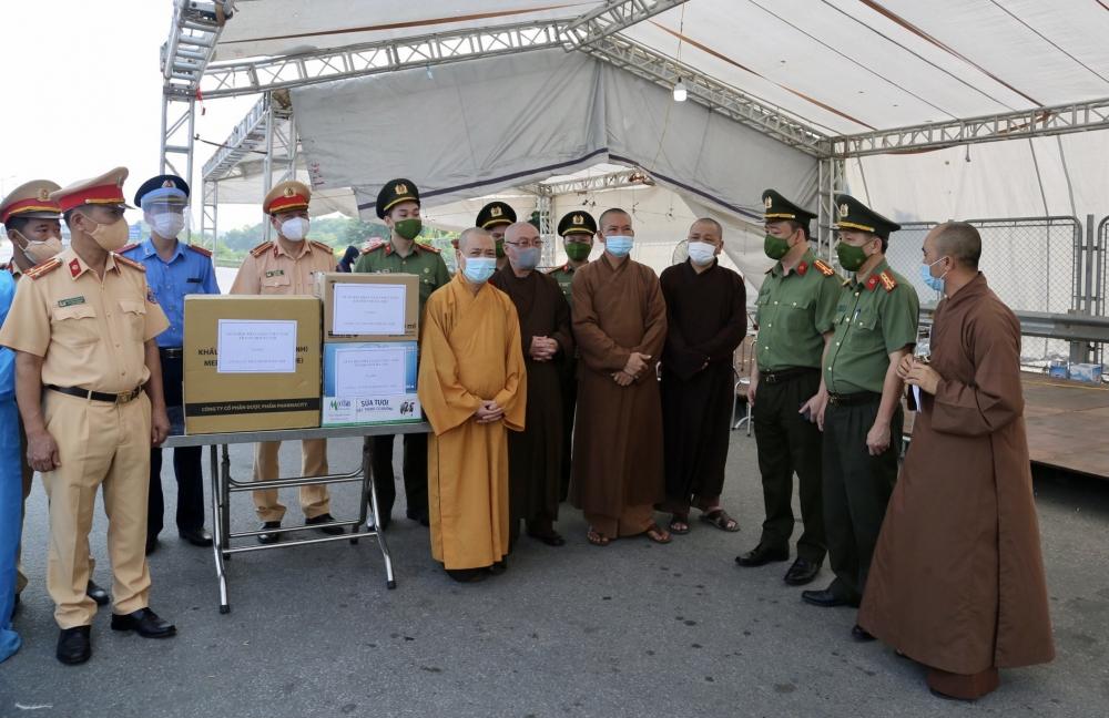 Trao tặng thiết bị y tế, nhu yếu phẩm đến cán bộ chiến sĩ tại 40 chốt phòng dịch