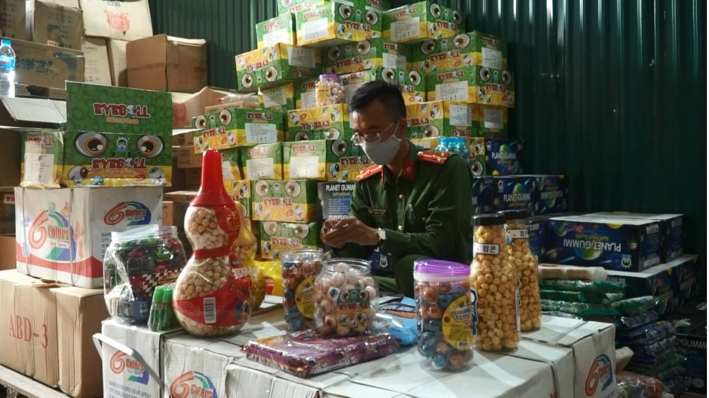 Liên tiếp phát hiện hàng nghìn thùng bánh kẹo