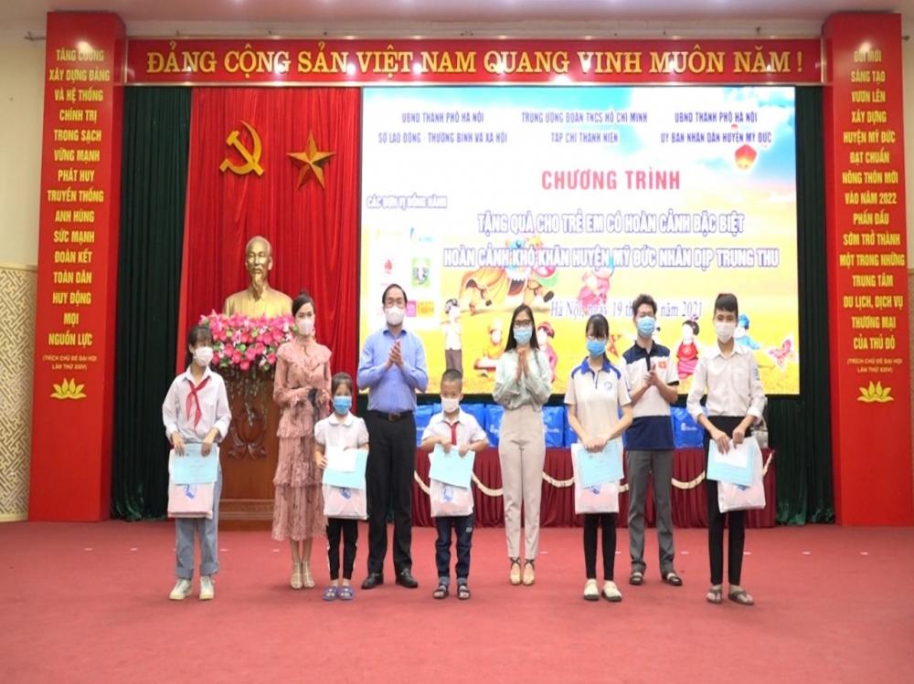 135 suất quà trao tặng cho trẻ em có hoàn cảnh khó khăn nhân dịp Tết Trung thu