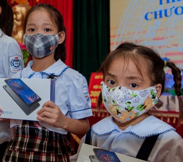 Trao tặng 25 máy tính bảng cho học sinh có hoàn cảnh khó khăn huyện Ba Vì
