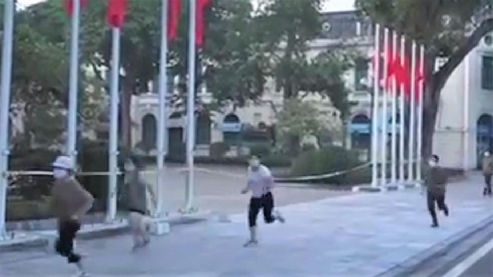 Xử phạt nhóm người đi tập thể dục và dắt chó đi dạo