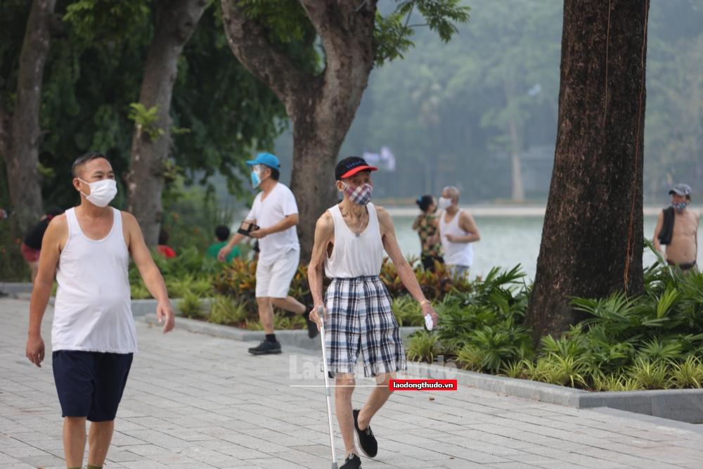 Dân phố cổ nhộn nhịp tập thể dục trong ngày đầu nới lỏng