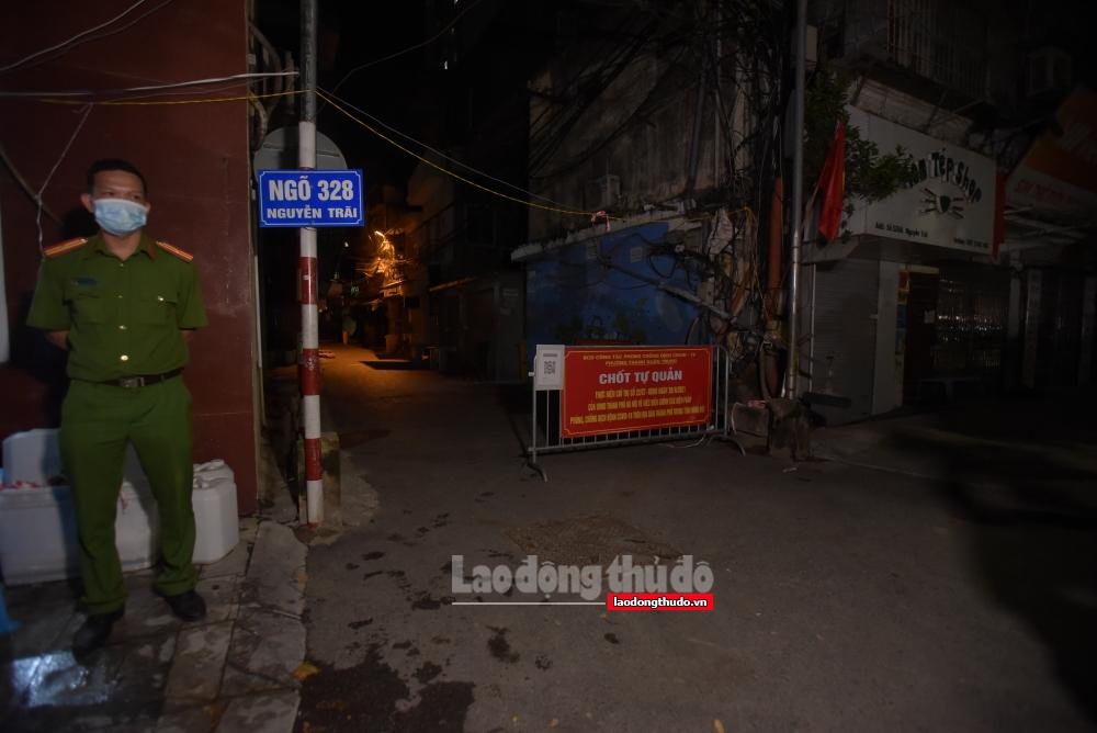 Người dân phường Thanh Xuân Trung nhận túi an sinh ngay sau lệnh gỡ phong tỏa trong đêm