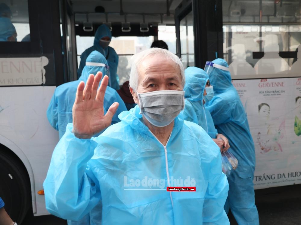Người dân phấn khởi trở về nhà sau khi gỡ phong tỏa ngõ 328 và 330 phường Thanh Xuân Trung