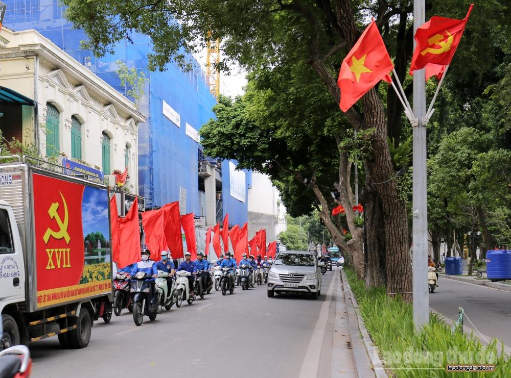 Phố phường Hà Nội rực rỡ cờ hoa chào mừng Đại hội Đảng bộ thành phố lần thứ XVII