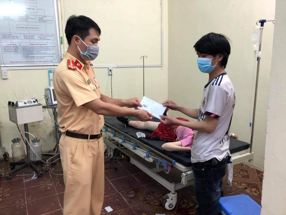 Cảnh sát giao thông hỗ trợ sản phụ sinh con trong đoàn người về quê từ các tỉnh phía Nam