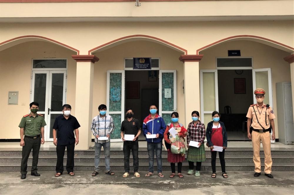 Công an huyện Thạch Thất giúp đỡ nhóm công dân người Mông di chuyển từ miền Nam về quê an toàn