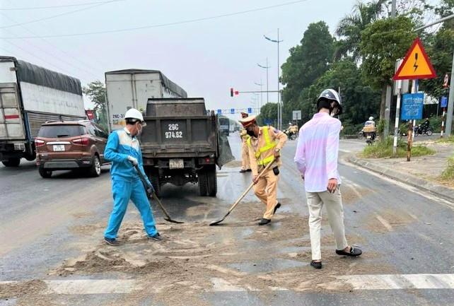 Truy tìm lái xe ô tô gây đổ dầu loang trên đường Trường Sa, huyện Đông Anh