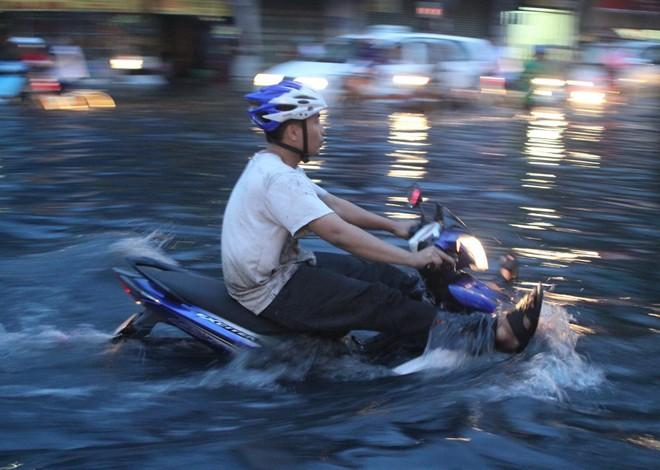 Mưa lớn, trẻ em Sài Gòn vui đùa giữa biển nước đen 1