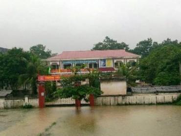 Mưa lớn gây ngập lụt diện rộng, hàng ngàn học sinh phải nghỉ học