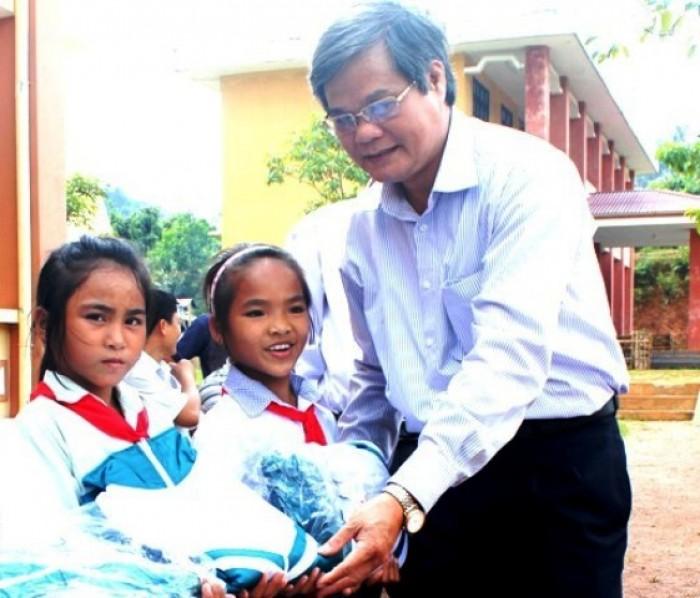 LĐLĐ tỉnh Quảng Bình tặng 900 chiếc áo ấm cho học sinh khó khăn