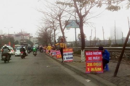 """Nhộn nhịp """"chợ bán bảo hiểm"""" trên đường Giải Phóng"""