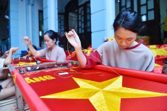 Những bàn tay thêu cờ Tổ quốc