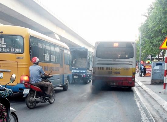 Người Hà Nội ngộp thở trong… khói xe