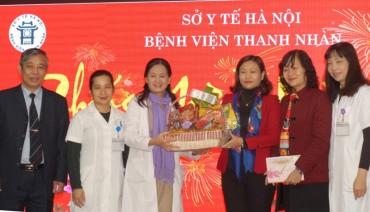 Chủ tịch LĐLĐ TP Hà Nội Nguyễn Thị Tuyến thăm, tặng quà Tết Đinh Dậu 2017