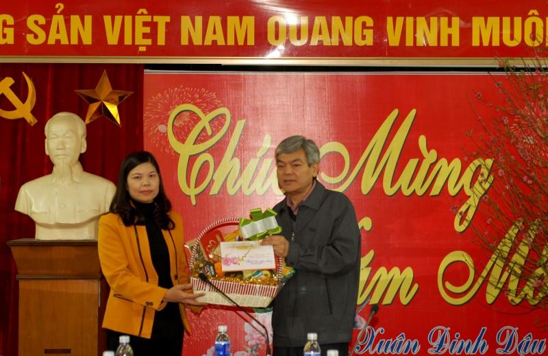 Phó Chủ tịch LĐLĐ TP Đặng Thị Phương Hoa thăm, tặng quà các đơn vị trực Tết
