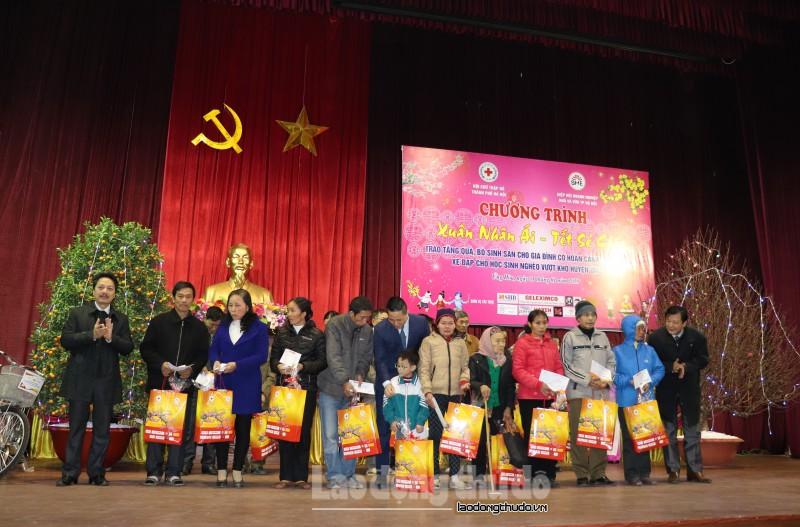 Trao tặng 100 suất quà tết cho người nghèo và gia đình chính sách huyện Ứng Hòa