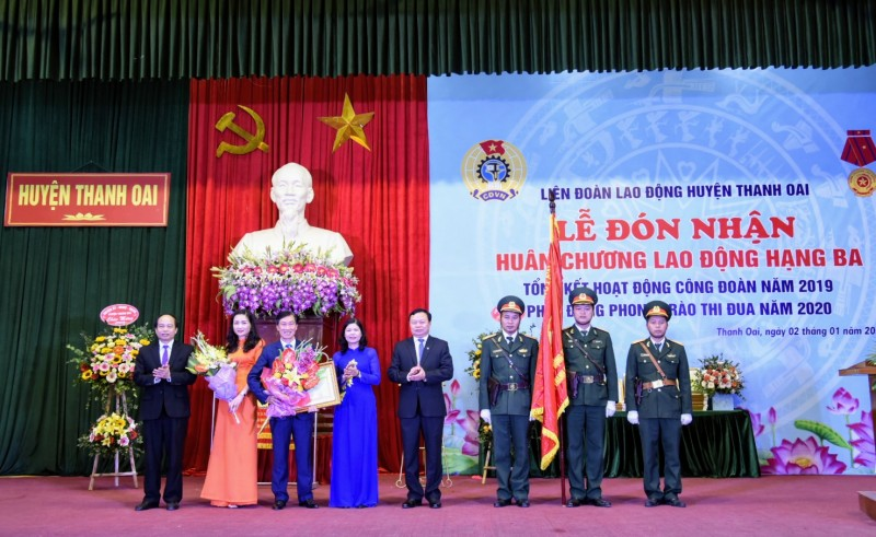 LĐLĐ huyện Thanh Oai vinh dự đón nhận Huân chương Lao động Hạng Ba
