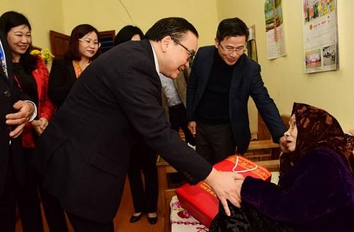 Bí thư Thành ủy Hoàng Trung Hải tặng quà Tết tại Trung tâm Nuôi dưỡng và Điều dưỡng người có công số 2 Hà Nội