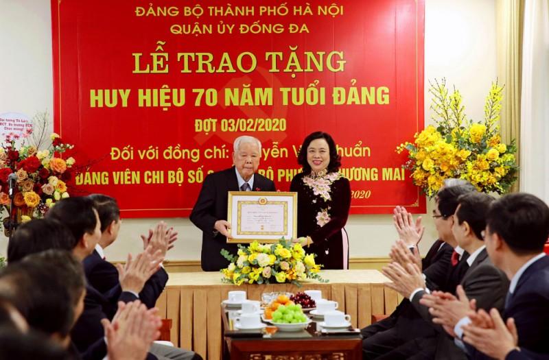 trao tang huy hieu 70 nam tuoi dang cho dang vien nguyen van chuan