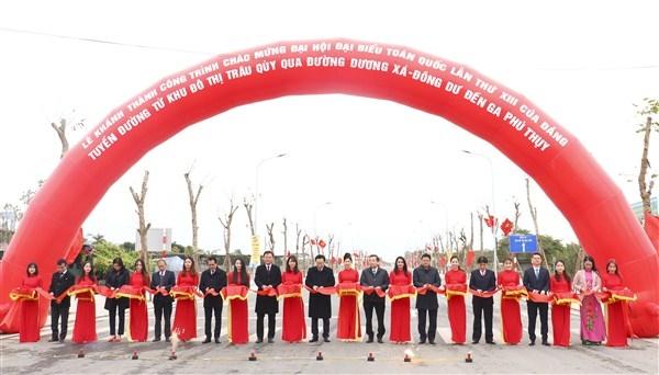 Lãnh đạo thành phố Hà Nội và huyện Gia Lâm cắt băng khánh thành tuyến đường từ khu đô thị Trâu Quỳ qua đường Dương Xá - Đông Dư đến ga Phú Thụy