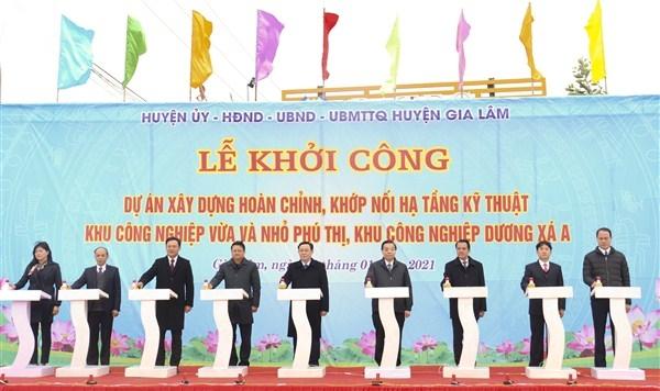 Các đại biểu thực hiện nghi thức khởi công Dự án xây dựng hoàn chỉnh, khớp nối hạ tầng kỹ thuật Khu công nghiệp vừa và nhỏ Phú Thị, khu công nghiệp Dương Xá A