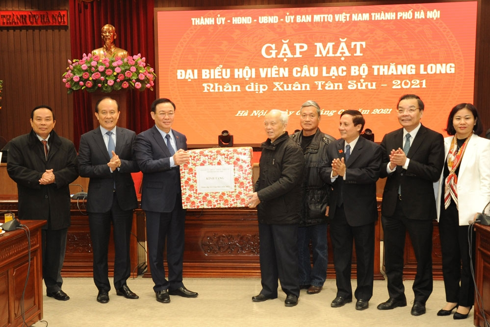 Lãnh đạo thành phố Hà Nội tặng quà, chúc Tết Câu lạc bộ Thăng Long