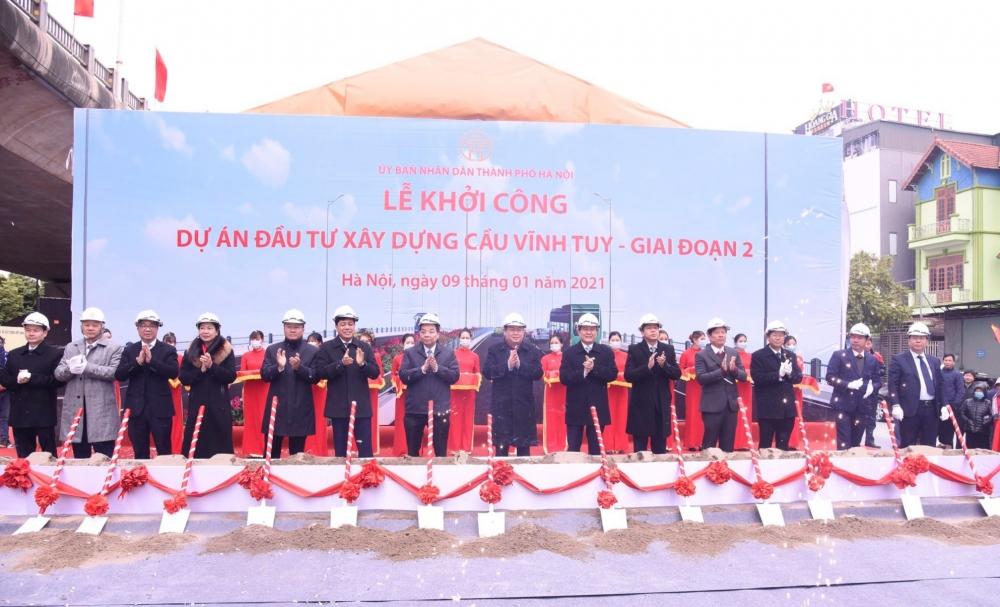 Các đại biểu thực hiện nghi thức khởi công dự án đầu tư xây dựng cầu Vĩnh Tuy - Giai đoạn II