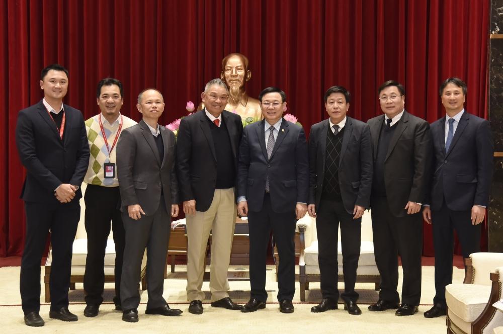 Bí thư Thành ủy Vương Đình Huệ và các đại biểu chụp ảnh tại buổi tiếp