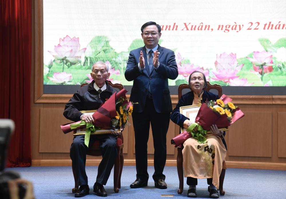 Bí thư Thành ủy Vương Đình Huệ trao Huy hiệu Đảng tại quận Thanh Xuân