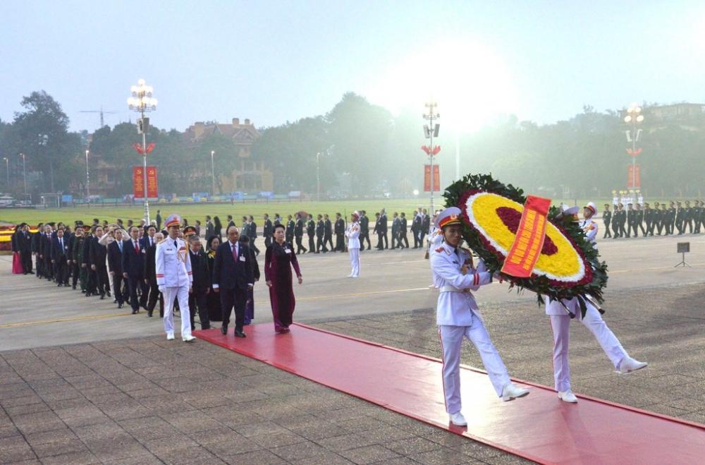 Các đại biểu dự Đại hội XIII của Đảng vào Lăng viếng Chủ tịch Hồ Chí Minh