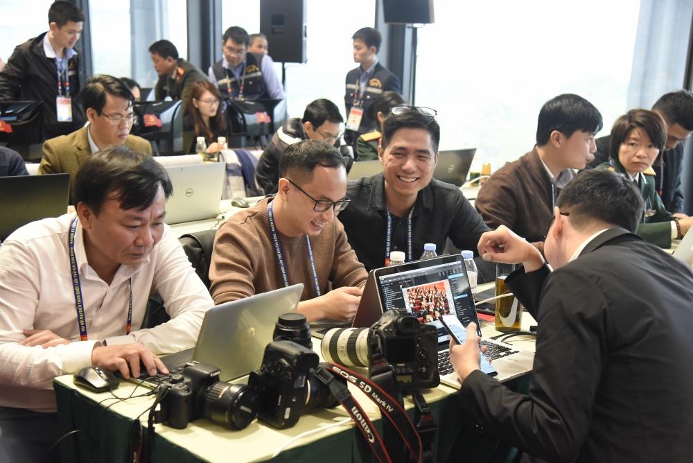 Việc cài đặt mạng internet, wifi cho máy tính xách tay để chia sẻ thông tin được các phóng viên thao tác thành thạo