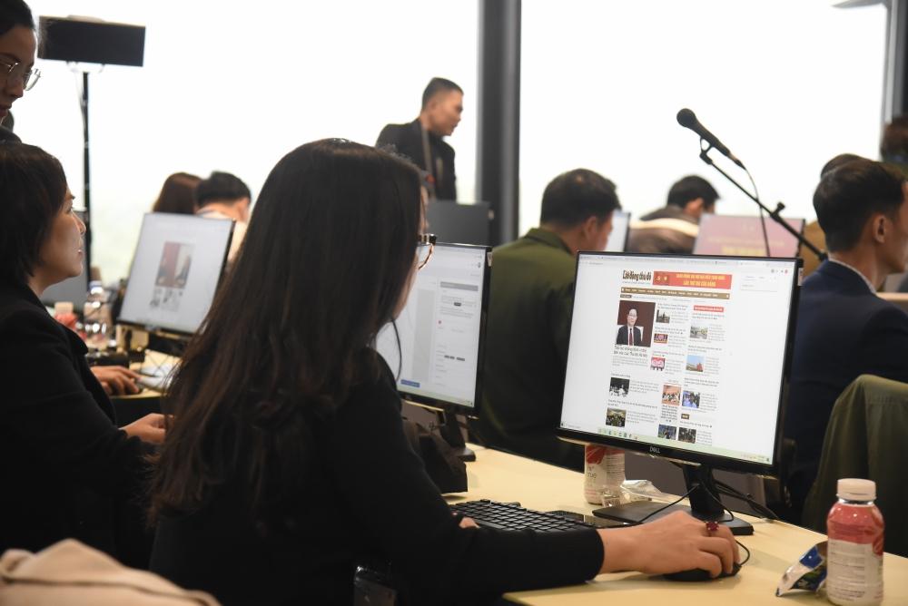 Việc cài đặt mạngGần như tất cả các máy tính để bàn đều được các phóng viên sử dụng, khai thác hết công suất internet, wifi cho máy tính xách tay để chia sẻ thông tin được các phóng viên thao tác thành thạo