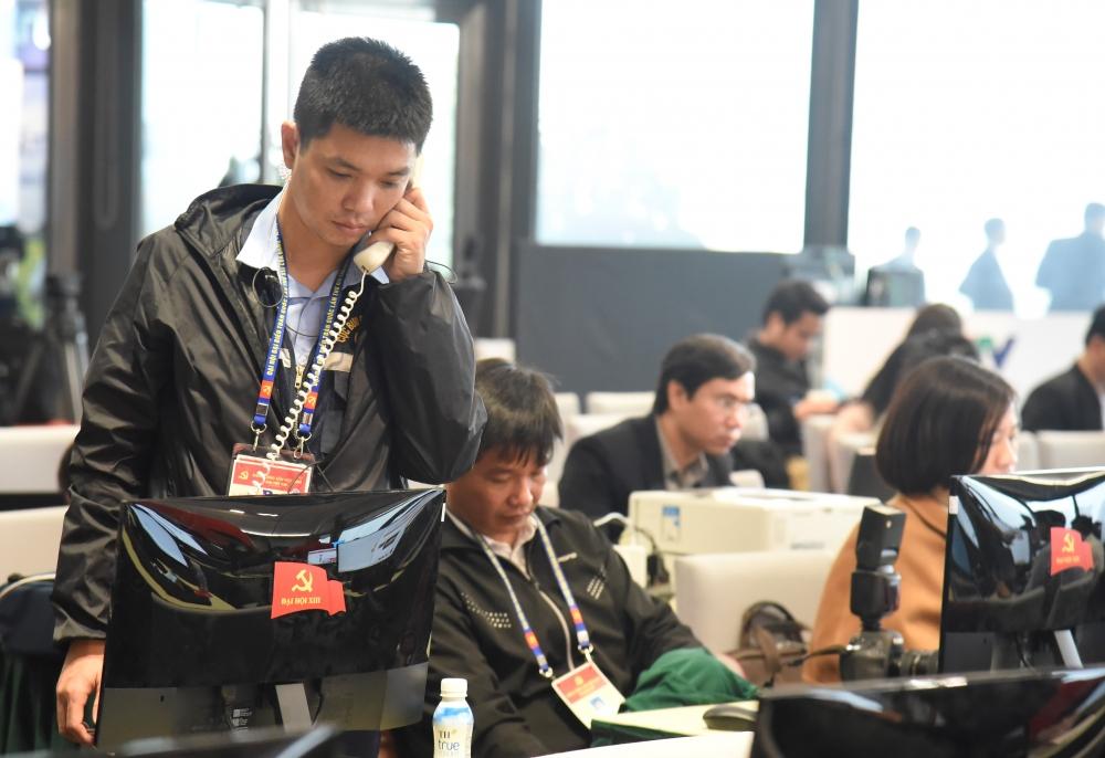 Phóng viên trao đổi thông tin qua đường hotline