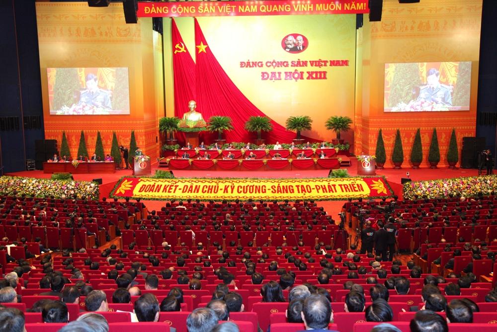 Các đại biểu thảo luận tại hội trường về các văn kiện Đại hội.