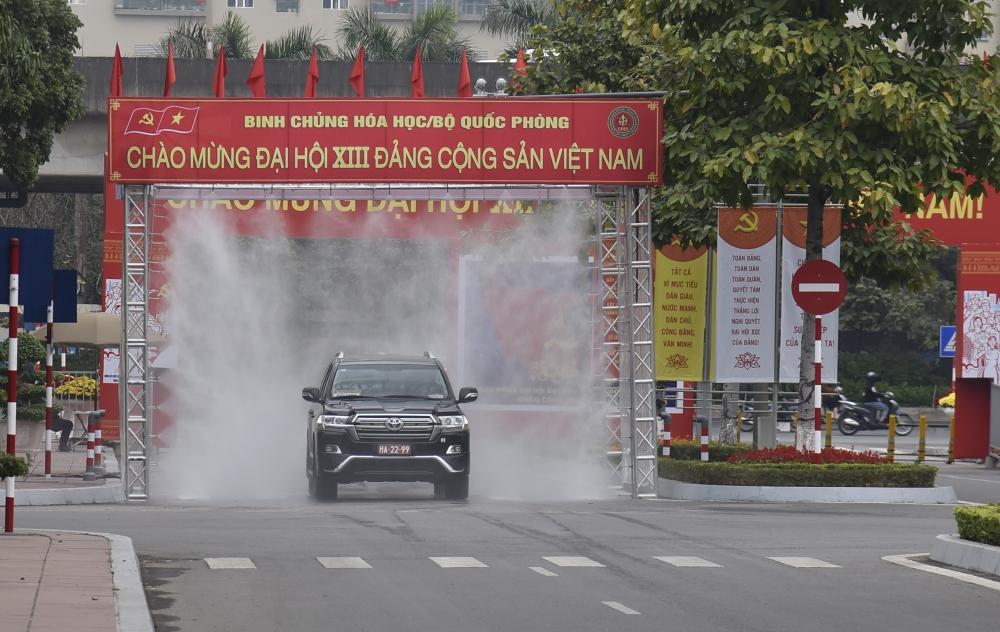 Tất cả xe đưa đón đại biểu và xe phục vụ Đại hội XIII của Đảng vào Trung tâm Hội nghị Quốc gia đều được phun khử khuẩn.