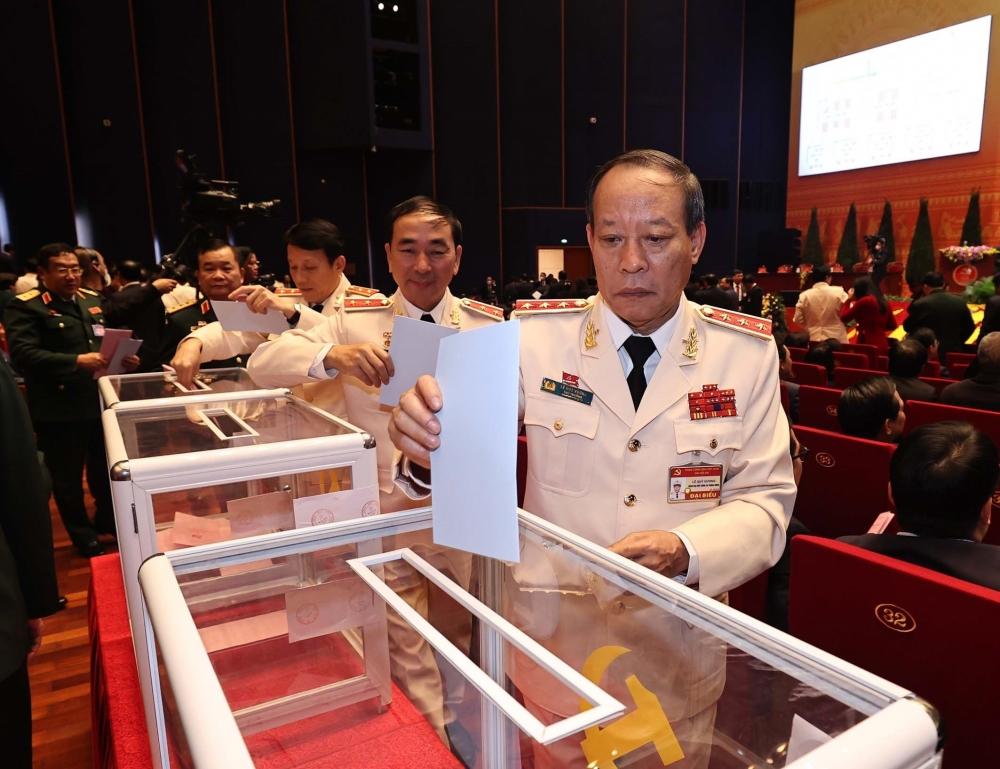 Các đại biểu Công an bỏ phiếu bầu Ban Chấp hành Trung ương khóa XIII.