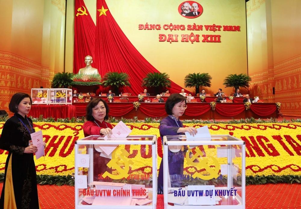 Các đại biểu bỏ phiếu bầu Ban Chấp hành Trung ương khóa XIII.