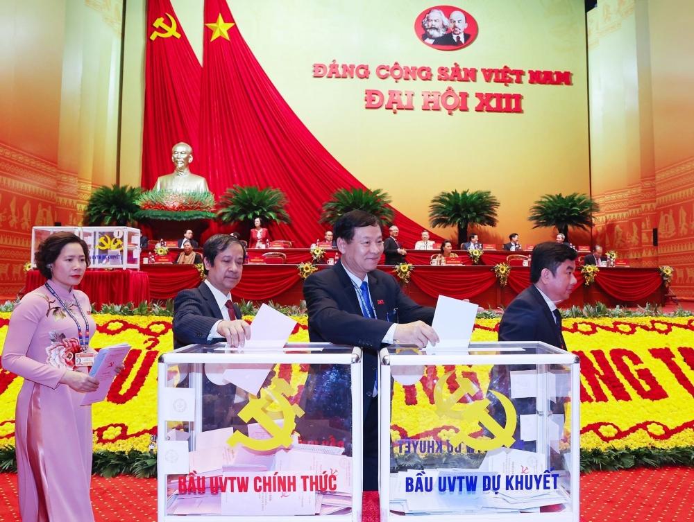 Các đại biểu Đoàn thành phố Hà Nội bỏ phiếu bầu Ban Chấp hành Trung ương khóa XIII.